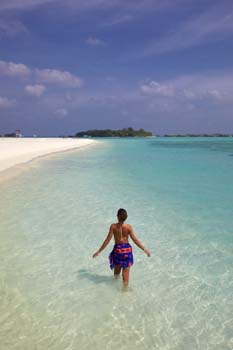 <b>Maldives, Lankanfinolhu</b>, Walking in the sea